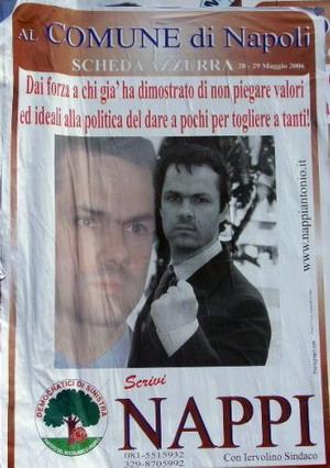 Manifesto elettorale: una doppia foto del candidato, da un lato in atteggiamento sognante, dall'altra sfoderante un pugno