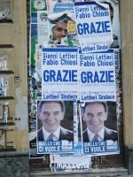 """Manifesti di """"Ringraziamento"""" del PDL attaccati su una saracinesca di negozio a Via Santa Lucia, Napoli"""