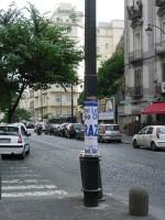 """Manifesto di """"Ringraziamento"""" del PDL attaccato su un lampione a Via Santa Lucia, Napoli"""