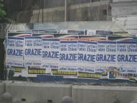 """Manifesti di """"Ringraziamento"""" del PDL attaccati su una grande affissione comunale a Via Santa Lucia, Napoli"""