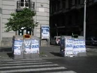 """Manifesti di """"Ringraziamento"""" del PDL attaccati su campane della raccolta differenziata a Via Santa Lucia, Napoli"""